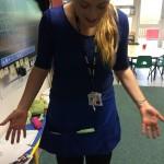 Nauczycielka w fartuszku z kieszonkami na pomoce dydaktyczne