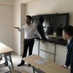 Devrim i Haqq przekonuja o wyższości smartboarda nad zwykłą tablicą interaktywną