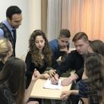 Uczeń z Litwy pokazuje swój sposób rozwiązania zadania z matematyki na lekcji ze smartboardem