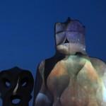 Kominy w nocnej odsłonie na dachu kamienicy Casa Milà – najpełniejszego dzieła A. Gaudiego