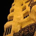 Casa Milà/La Pedrera  i jej falista fasada z żelaznymi balustradami