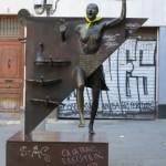"""Colometa przystrojona żółtą wstążką (symbol poparcia dla katalońskich przywódców niepodległościowych uwięzionych w Hiszpanii) – bohaterka książki """"Diamentowy Plac"""" M. Rodoredy (katalońskiej Virginii Woolf)"""