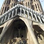 Fasada zachodnia od strony Carrer de Sardenya przedstawia mękę pańską. Zdobienia tej części kościoła zostały zaprojektowane po śmierci Gaudiego i wśród niektórych krytyków architektury budzą kontrowersje z powodu bardzo ostrego przedstawienia bólu i upokorzenia ostatnich godzin życia Chrystusa. Na czas budowy umieszczono tutaj główne wejście.