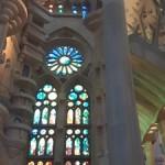 Witraże w świątyni La Sagrada Familia mienią się tysiącami barw.