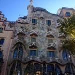 Casa Batlló to jeden z tych budynków, który przysparza o szybsze bicie serca- zachwycanie tylko niezwykła forma budynku, ale przede wszystkim niesamowite i niespotykane kolory, które kuszą, aby zatrzymać się na chwilę i spojrzeć na bryłę trochę dłużej.