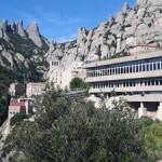 Montserrat to wzgórze, na którym znajduje się jeden z najsławniejszych klasztorów na świecie. Poza tym można odwiedzić tutejsze muzeum czy skosztować pysznych klasztornych dań!