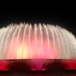 Font Màgica - naprawdę magiczna fontanna, która została zbudowana w 1929 roku (projekt Carlesa Buigasa). Wieczorami i nocami kompleks fontann jest widowiskiem artystycznym: woda-światło-dźwięk.